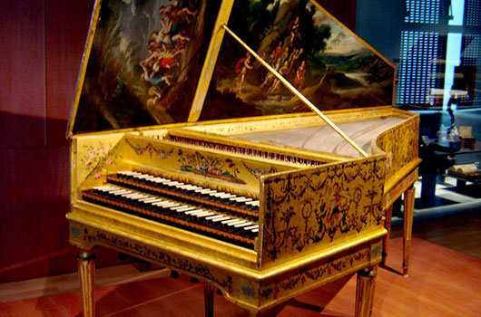 This harpsichord is the work of two celebrated makers: originally constructed by Andreas Ruckers in Antwerp (1646), it was later remodeled and expanded by Pascal Taskin in Paris (1780). Foto by Gérard Janot